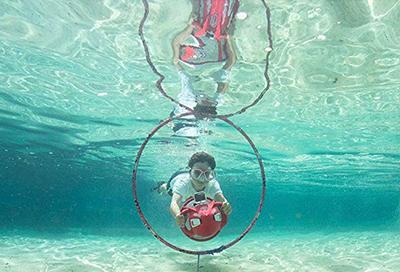 usando un propulsor acuático